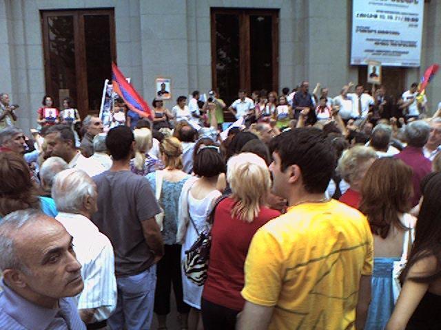Митинг 18 июня  состоялся перед Большим залом филармонии имени Арама Хачатуряна в Ереване.