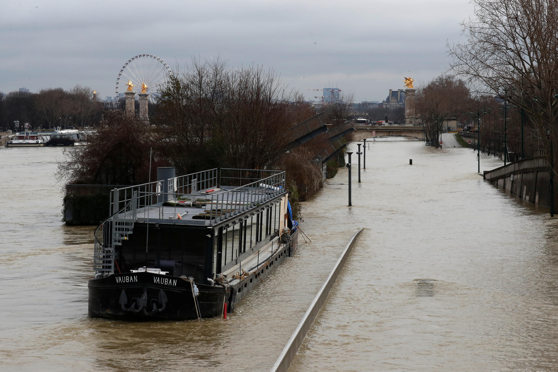 Уровень воды в Сене в пик наводнения достиг 5,85 метров.
