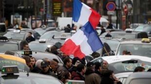 Taxi phong tỏa đường vào Paris ngày 26/01/2016 để tỏ phẫn nộ bị các dịch vụ của Uber tại Pháp  bóp chết.