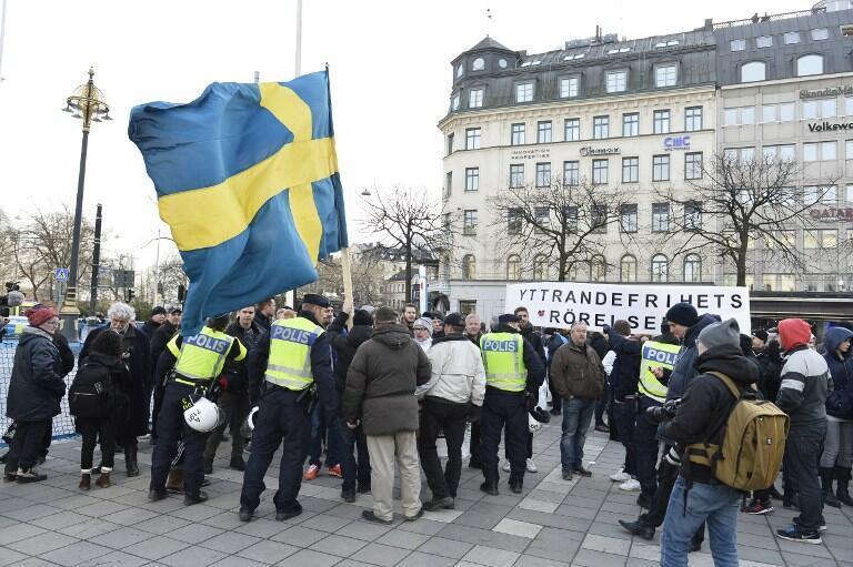 瑞典警察與反難民的示威人群交談,2016年1月30號,斯德哥爾摩