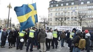 瑞典警察与反难民的示威人群交谈,2016年1月30号,斯德哥尔摩