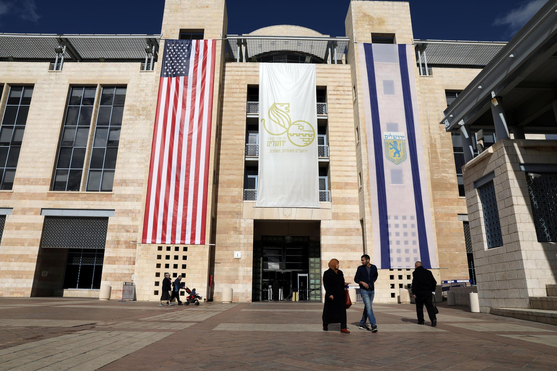Cờ Mỹ và cờ Israel được treo bên ngoài tòa thị chính Jerusalem, ngày 07/12/2017.
