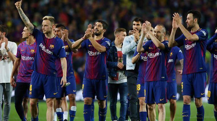 'Yan wasan kungiyar Barcelona bayan kammala fafatawa da Real Madrid a wasan La liga da aka tashi 2-2.