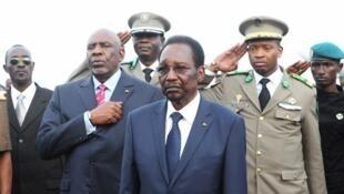 Le président par intérim Dioncounda Traoré (c) aux côtés du Premier ministre Cheik Modibo Diarra (g), à l'aéroport de Bamako, le 27 juillet 2012.