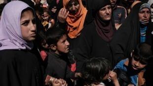 Phụ nữ và trẻ em Irak trong một trại tị nạn ở Hammam al-Alil, phía tây Mossoul, tháng 04/2017.il 2017.