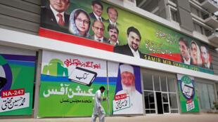 Affiches électorales pour les législatives, à Karachi, le 27 juin 2018.