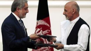 Hai cựu ứng viên tổng thống Abdullah Abdullah (T) and Ashraf Ghani cùng ký thỏa thuận thành lập chính phủ đoàn kết dân tộc.