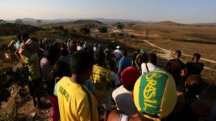 Manifestantes são vistos ao longo da fronteira entre a Venezuela e o Brasil em Pacaraima, em 25 de fevereiro de 2019.
