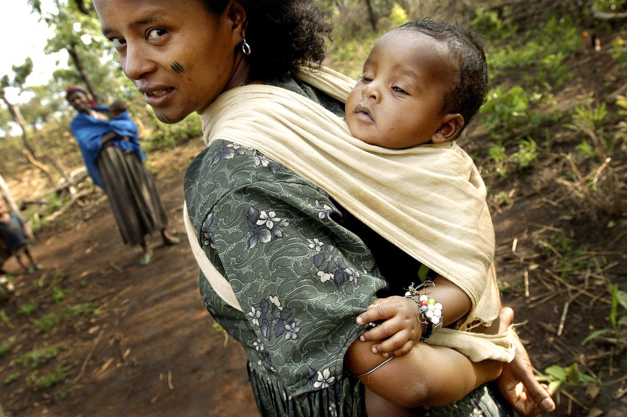 Une femme éthiopienne et son enfant dans la région rurale oromo.