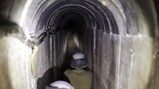 Des soldats israéliens montent la garde dans un tunnel découvert en 2013 (photo d'illustration).