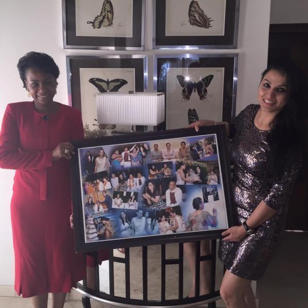 """Olive Lembe di Sita (g.), épouse de Joseph Kabila, et Sunita """"Neha"""" Jagtani (d.), épouse de Harish Jagtani, posant avec un tableau contenant une série de photos ensemble."""