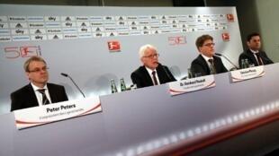 Les représentants de la Ligue allemande de football lors d'une conférence de presse à Frankfurt, le 12 décembre 2012.