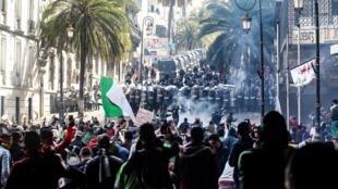 阿尔及利亚首都示威民众与警方发生冲突2019年4月12日