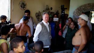 David Beasley, directeur exécutif du Programme alimentaire mondial des Nations unies, en visite dans une maison de La Havane, maison et ville meurtries par le passage de l'ouragan Irma début septembre.