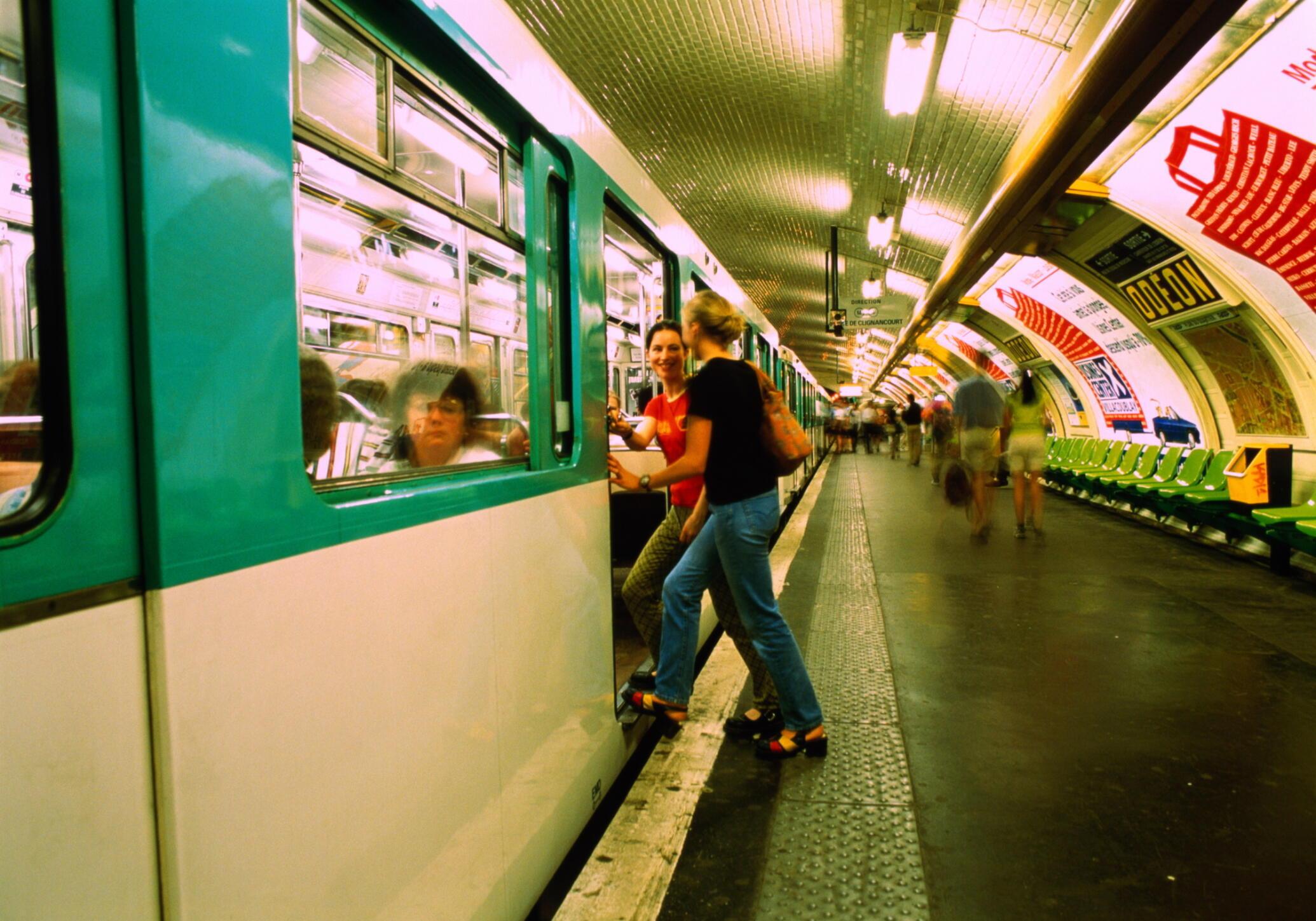 """La mayoría de los turistas califican el metro parisino de """"sucio"""", """"asqueroso""""."""