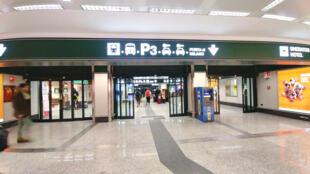 Lối ra trạm đón taxi và xe điện ngầm ở sân bay Milano Malpensa, Ý