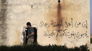 Un combattant de l'Armée syrienne libre, près de la ville de Morek, reprise à Daech par l'armée syrienne ces dernières semaines.