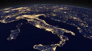 تصویر ماهواره ای که آلودگی نوری در شب در سطح کره زمین را به نمایش می گذارد
