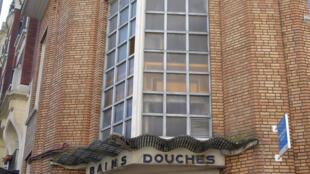 Entrada de uma das dezessetes duchas públicas que tem Paris