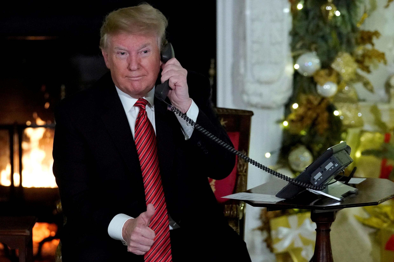 O presidente dos EUA, Donald Trump, participa dos telefonemas de Natal da Casa Branca em Washington, em 24 de dezembro de 2018.