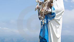 Une statue de la vierge marie portant son fils, le Christ.