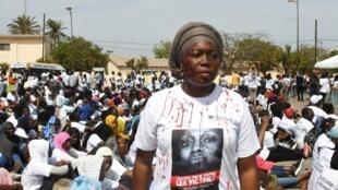Les agressions et les violences faites aux femmes «ça suffit». C'est le slogan de plusieurs centaines de manifestants place de l'Obélisque à Dakar, au Sénégal, le 25 mai 2019.