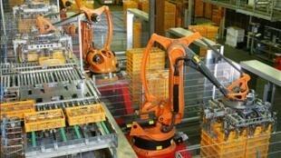 Robôs trabalham em uma fábrica - sem pessoas em volta.