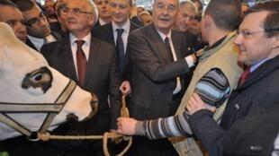 Comme chaque année, l'ancien président français Jacques Chirac (c) visite le Salon de l'Agriculture, à Paris, le 22 février 2011.