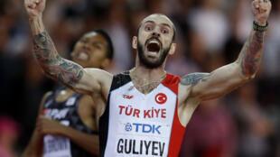 El turco Ramil Guliyev levanta los brazos tras cruzar el primero en la final de los 200m del mundial de atletismo de Londres 2017.