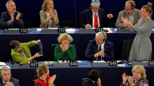 Các nghị sĩ châu Âu hoan nghênh bà Judith Sargentini (áo xanh giữa) báo cáo viên dự thảo nghị quyết trừng phạt Hungary, sau cuộc phiếu ngày 12/09/2018.