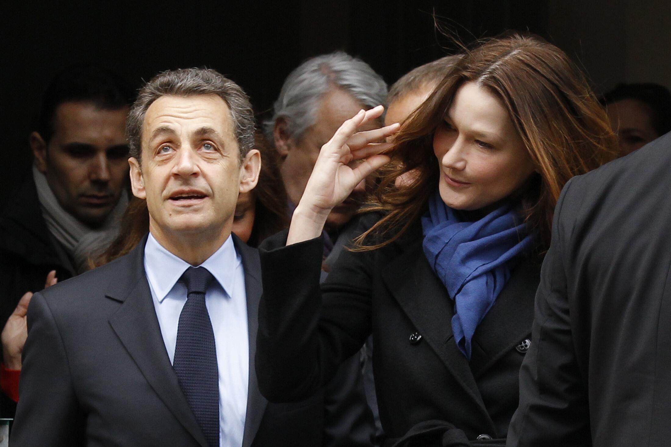 22 апреля, 2012 Николя Саркози и Карла Бруни на выходе с избирательного участка.