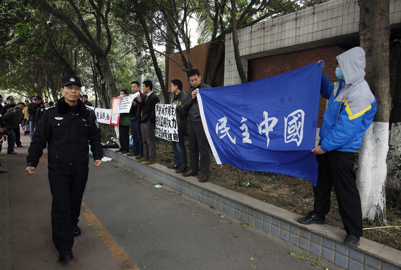 Biểu tình ủng hộ các nhà báo trước trụ sở Nam phương Chu mạt, Quảng Đông, Trung Quốc, 09/01/2013