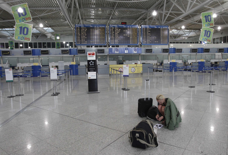 Saguão vazio do aeroporto internacional Eleftherios Venizelos, em Atenas.