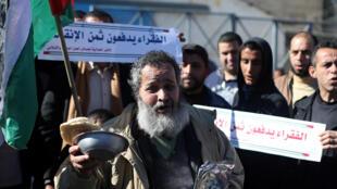 Des Palestiniens manifestaient devant le siège de l'UNRWA à Rafah pour réclamer de meilleures conditions de vie le 11 janvier 2018.