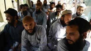 Des prisonniers talibans avant leur libération de la prison de Bagram à 50 kilomètres au Nord de Kaboul, le 26 mai 2020.