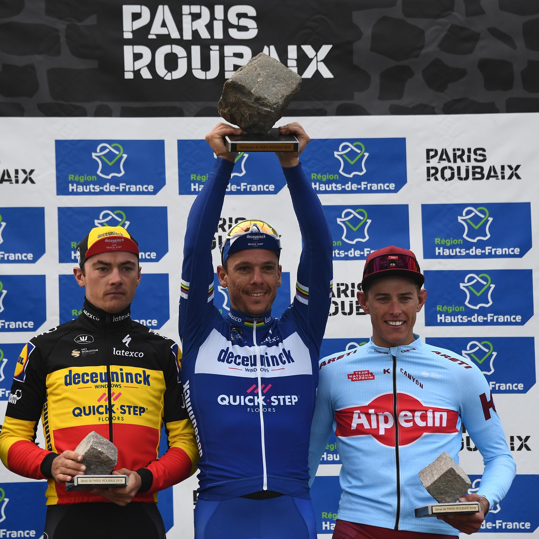 Le Belge Philippe Gilbert vainqueur de l'édition 2019 de Paris-Roubaix, devant l'Allemand Nils Politt et le Belge Yves Lampaert, tous trois réunis sur le podium le 14 Avril 2019 à Roubaix.