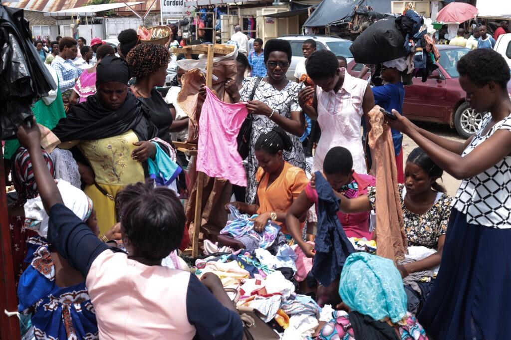 Des femmes choisissent des vêtements sur un marché du centre de Bujumbura, le 9 avril 2020.