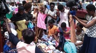 Des femmes choisissent des vêtements sur un marché du centre de Bujumbura, le 9 avril 2020 (photo d'illustration).