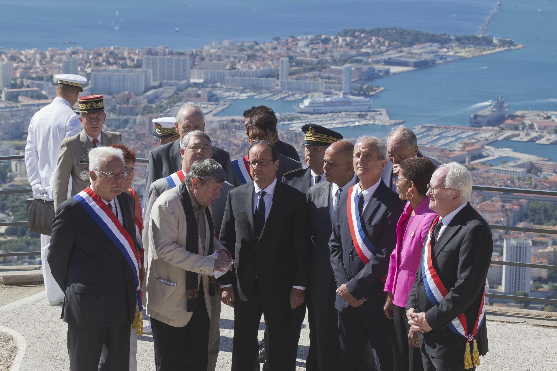 Tổng thống François Hollande (G) và các quan chức Pháp trong lễ kỷ niệm cuộc đổ bộ Provence, tại đài tưởng niệm Mont-Faron, Toulon, 15/08/2014