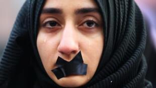 Une étudiante turque venue manifester en soutien aux habitants d'Alep, à Sarajevo, le 14 décembre 2016.
