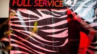 """El performer Daniel Hellmann ingresa en su carpa """"Servicio Completo"""" durante el festival SNAP en París, el 3 de noviembre de2018."""