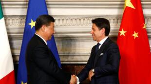 意大利簽署加入一帶一路備忘錄後,中國國家主席習近平與意大利總理孔特握手。