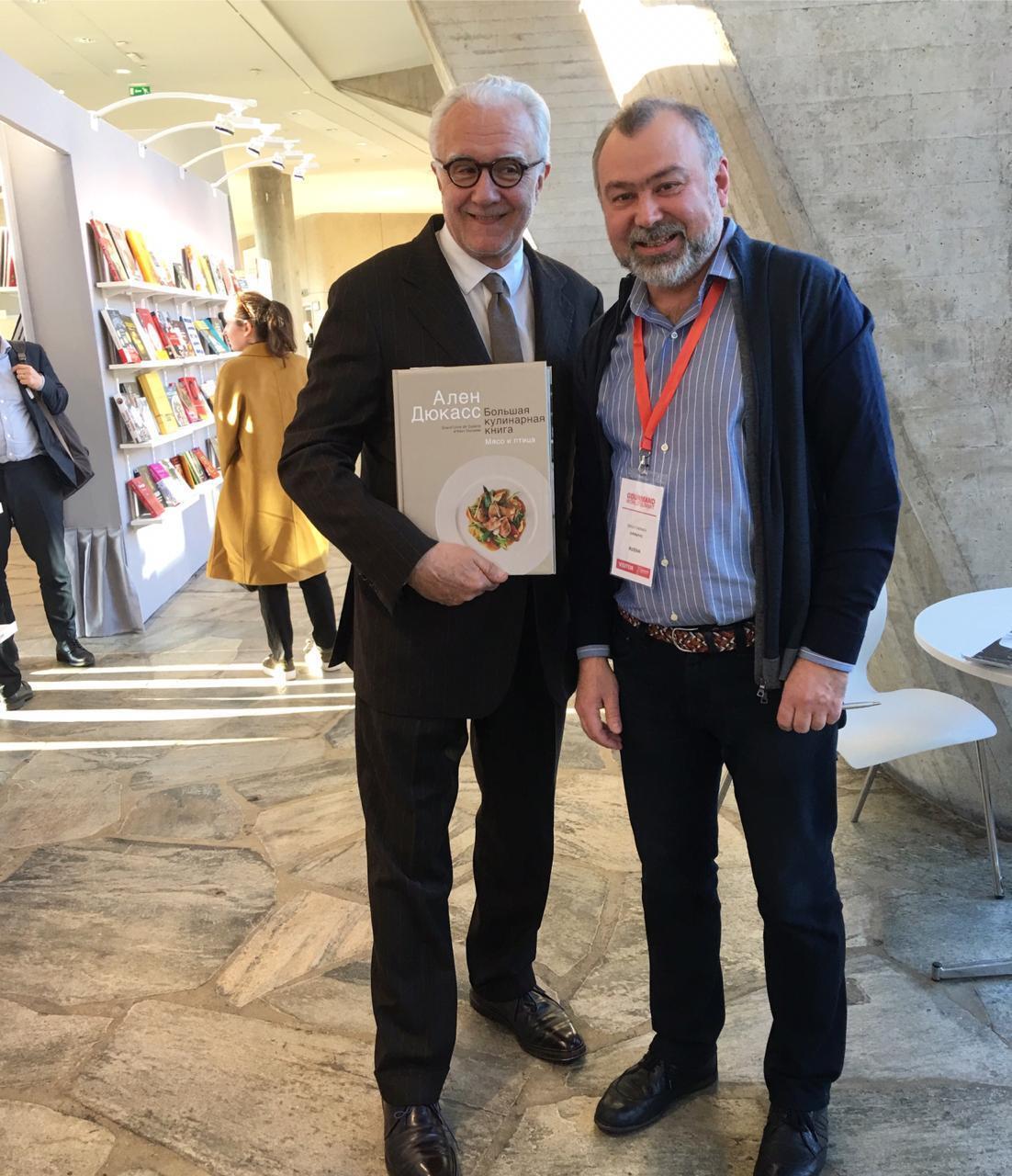 Сергей Чернов и Ален Дюкас на книжной выставке в Париже
