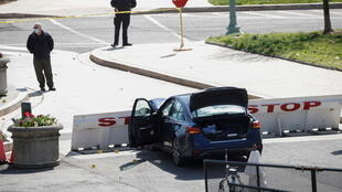 El sospechoso intentó primero arrollar a dos policías con su auto para después bajarse y atacarlos con un arma blanca.