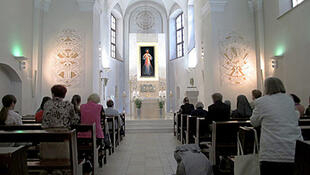 Le tableau de Jésus Miséricordieux  restauré  est exposé dans la Chapelle de la Miséricorde, ouverte 24 heures sur 24, ne désemplit jamais, le Sanctuaire inscrit  désormais Vilnius sur la carte mondiale des lieux de  pélérinage.