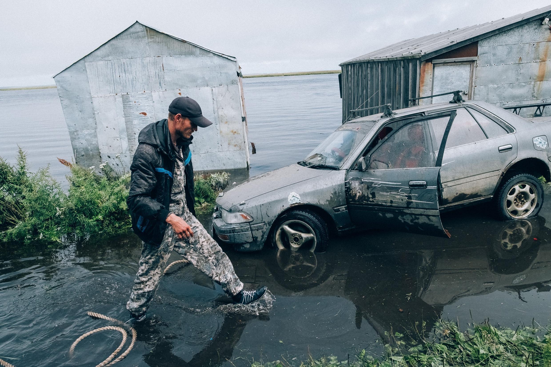 """Последствия наводнения на Камчатке, фотография из проекта Влада Сохина """"Коса и Камень""""."""