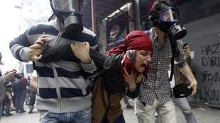 Турецкие полицейские в гражданском задержали манифестантку, Стамбул, 31 мая 2014 г.
