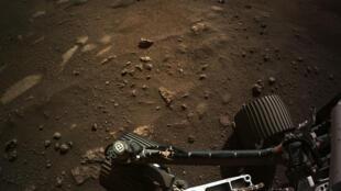 Ảnh do cơ quan NASA cung cấp chụp xe tự hành Perseverance đang hoạt động trên Sao Hỏa.