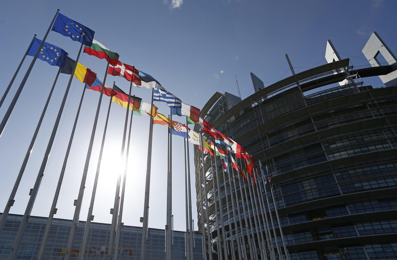 Drapeaux devant le Parlement européen, à Strasbourg, le 15 avril 2014.
