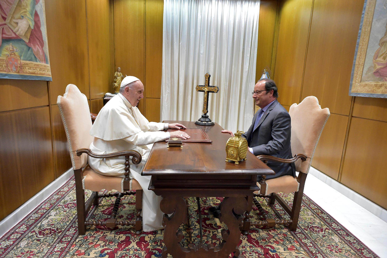 Đức Giáo Hoàng Phanxicô tiếp tổng thống Pháp François Hollande tại Vatican ngày 17/08/2016.